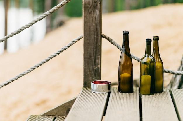 Flaschen mit kerzen auf treppen