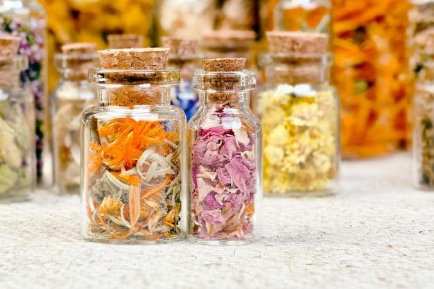 Flaschen mit kräutern, die in der nicht-traditionellen medizin verwendet werden. hochauflösendes foto.