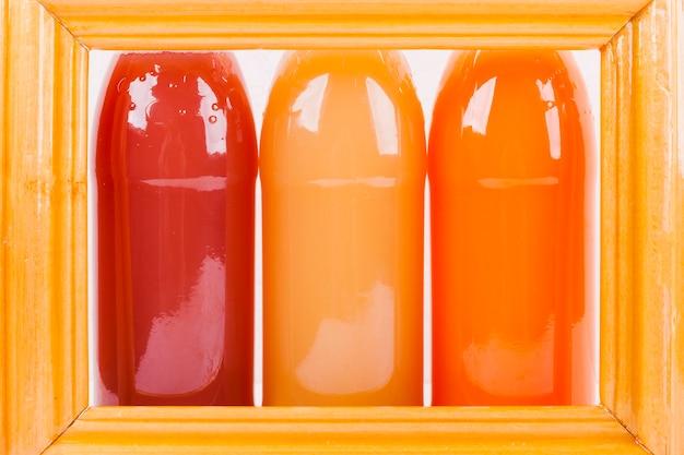 Flaschen mit saft im rahmen