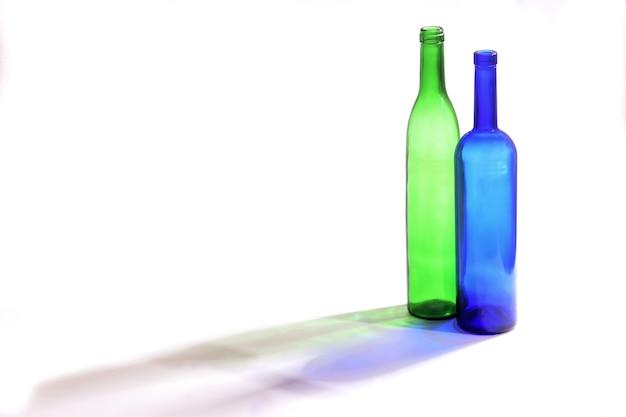 Flaschen mit seinem schatten mit weißem hintergrund