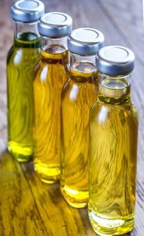Flaschen mit verschiedenen arten von pflanzenöl