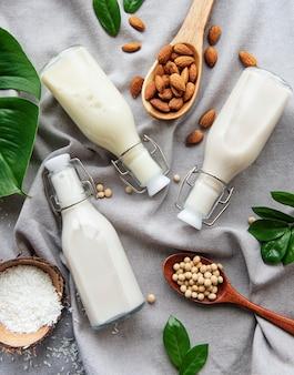 Flaschen mit verschiedenen pflanzenmilch - soja-, mandel- und hafermilch