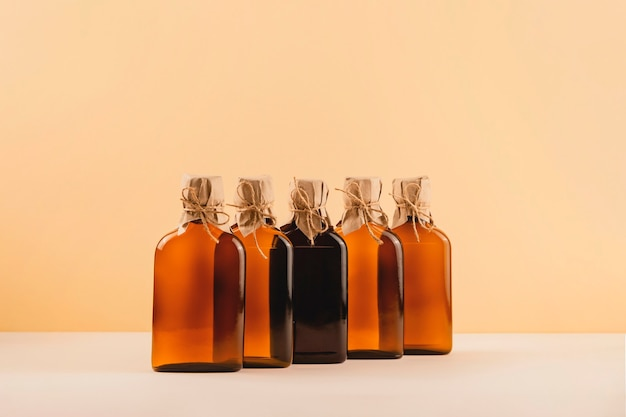 Flaschen mit verschiedenen pflanzenölen für eine gesunde ernährung