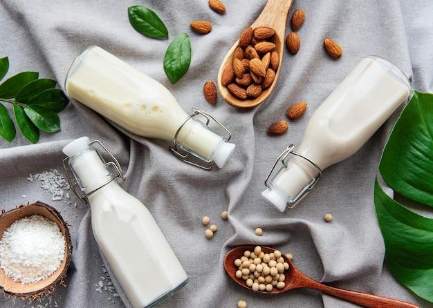 Flaschen mit verschiedener pflanzenmilch - soja-, mandel- und hafermilch