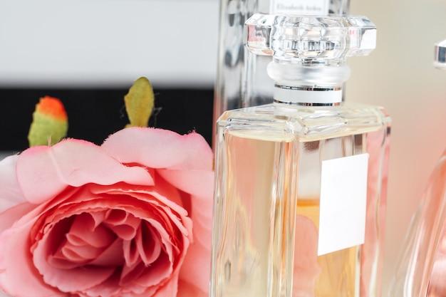 Flaschen parfüm mit blumen auf licht