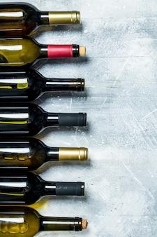 Flaschen rot- und weißwein.