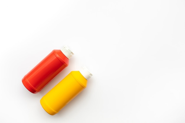 Flaschen sauce (ketchup, senf) auf weißem hintergrund.