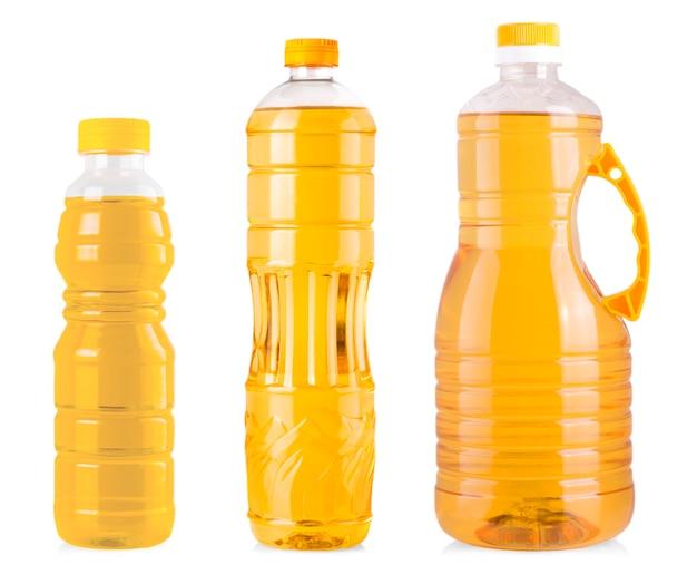 Flaschen sonnenblumenöl auf weißem hintergrund.