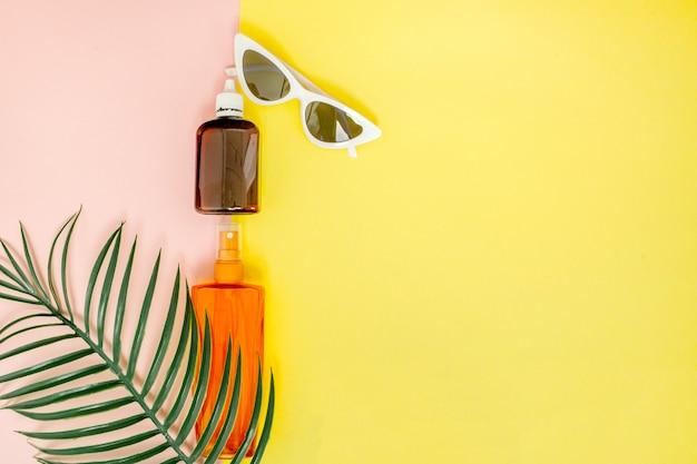 Flaschen-sonnencreme auf hellem quadratischem gelb und rosa