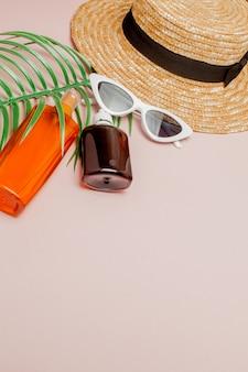 Flaschen-sonnencreme auf hellem quadratischem gelbem und rosa hintergrund. konzept des resorts auf see, sommerzeit.