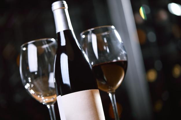 Flaschen und gläser mit wein auf dem tisch weintrinkkulturkonzept apperetes und überlebende