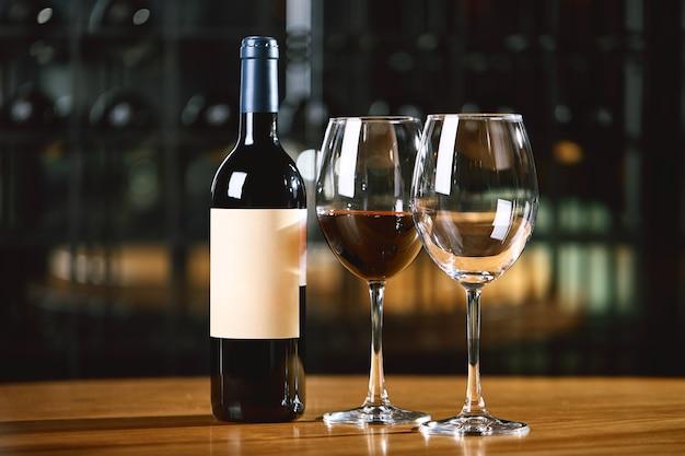Flaschen und gläser mit wein auf dem tisch. weintrinkkulturkonzept.