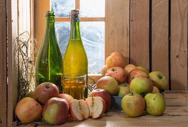 Flaschen und glas apfelwein mit äpfeln