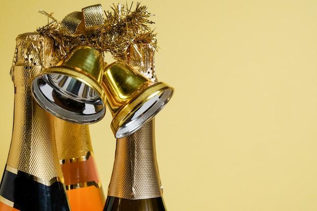 Flaschen verschiedener champagner und goldene weihnachtsglocken