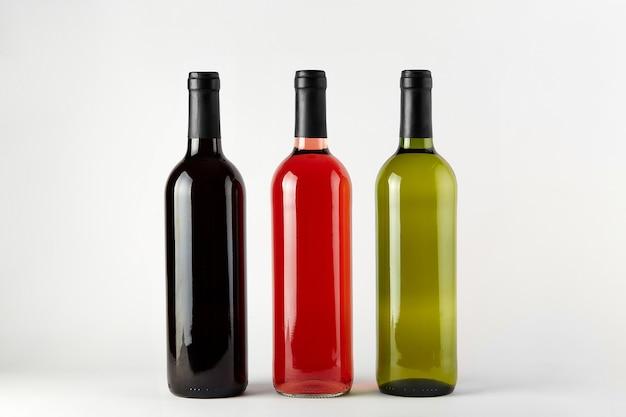Flaschen wein verschiedener arten lokalisiert auf einem weißen hintergrund