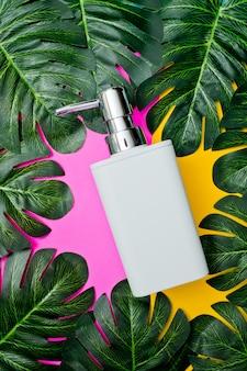 Flaschenbehälter für naturkosmetik auf grünem blatt, leere flasche, hautpflegeprodukt für natürliche schönheit, konzept für schönheitsprodukte