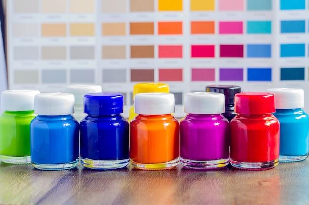 Flaschenfarbe auf holztisch und farbkarte