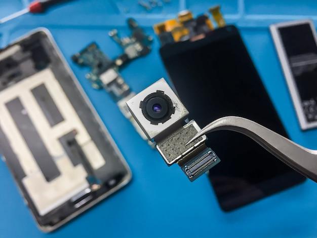 Flat lay bild der demontage des defekten smartphone
