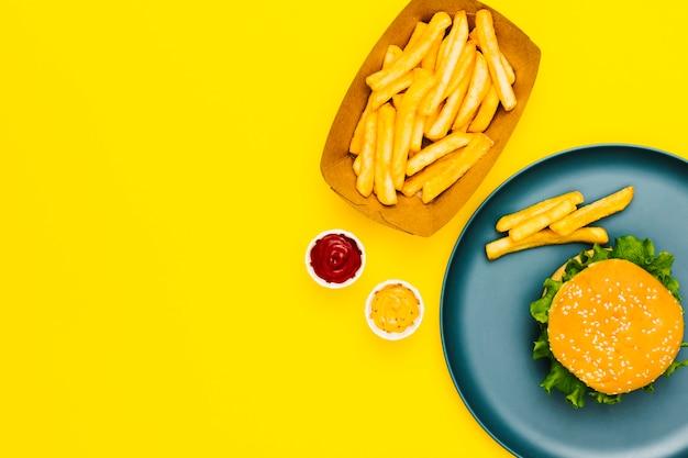 Flat-lay-burger und pommes mit exemplar