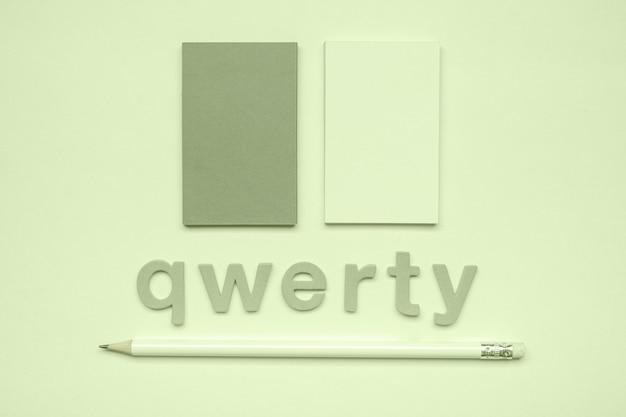Flat lay corporate visitenkarten und qwerty-wort