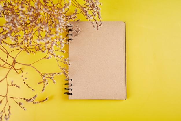 Flat lay draufsicht notizbuch, notizen mit blumen zukünftige familie, haus, lebensziele und plan oder gründung eines neuen unternehmens, konzept