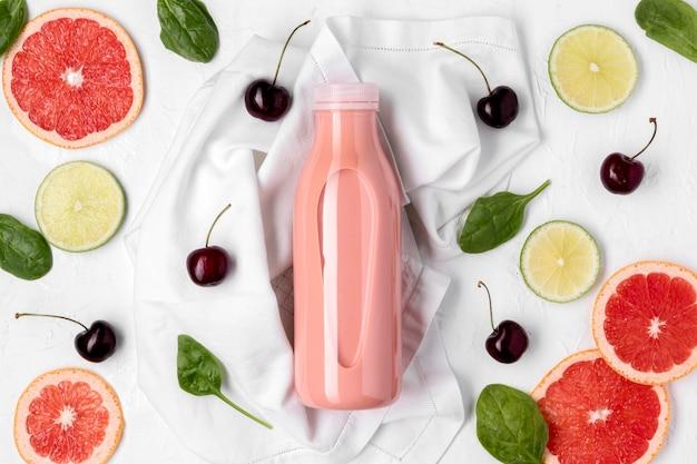 Flat lay drink und kirschen arrangement