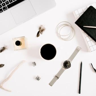 Flat lay fashion blogger schwarz gestylter schreibtisch mit laptop- und frauenzubehörkollektion. ansicht von oben.