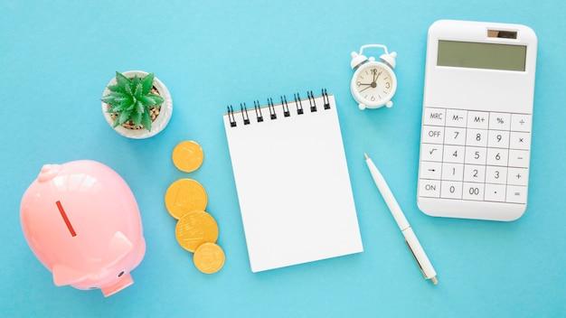 Flat lay finance elementsortiment mit leerem notizblock