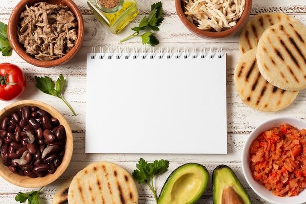 Flat lay food arrangement mit notizbuch