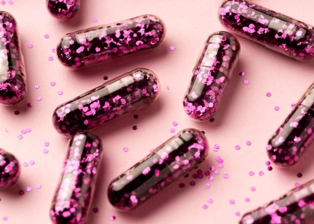 Flat lay glitter pills anordnung