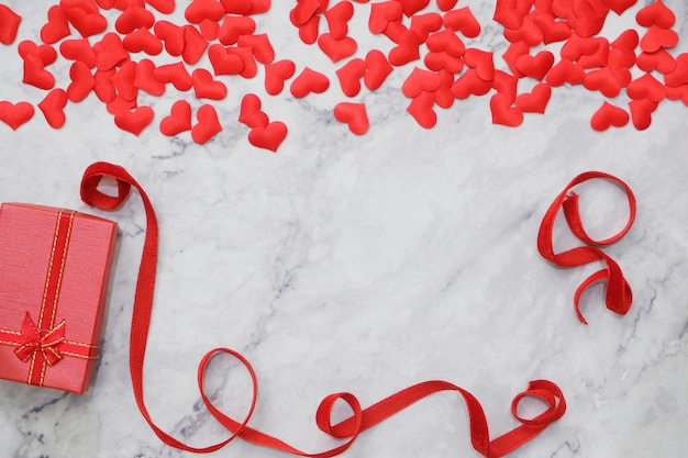 Flat-lay-hintergrund zum valentinstag, liebe, herzen, geschenkbox copy space
