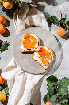 Flat lay nahrhaftes frühstückssortiment