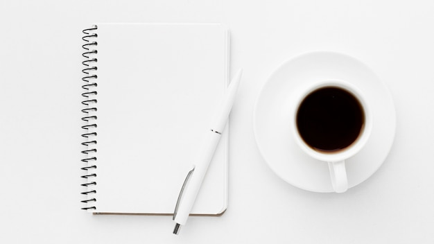 Flat lay notebook und kaffee arrangement