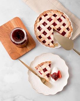 Flat lay pie und hausgemachte marmelade