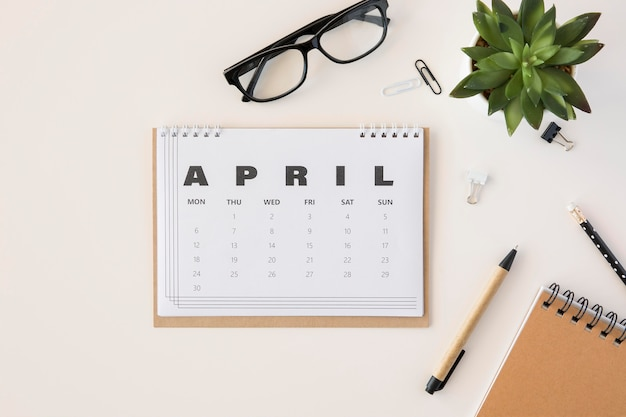 Flat lay planer april kalender