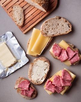 Flat lay salami und käse-sandwiches zubereitung
