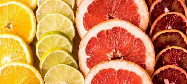 Flat lay scheiben von verschiedenen rohen frischen zitrusfrüchten.