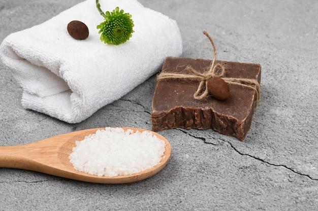 Flat lay spa. flaches layout mit zubehör, spa-kosmetik, badesalz, sahne und handtüchern