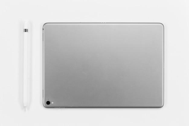 Flat lay tablet und stift anordnung