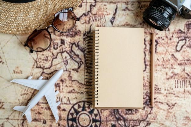 Flat lay traveller zubehör auf karte. draufsicht reise- oder urlaubskonzept.