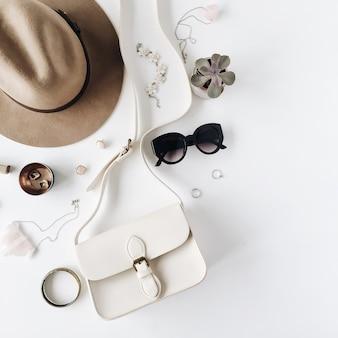 Flat lay trendige kreative feminine accessoires arrangement. geldbörse, hut, sonnenbrille, weibliche accessoires.