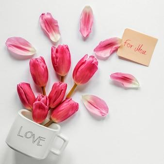 Flat lay tulpenblütenblatt anordnung