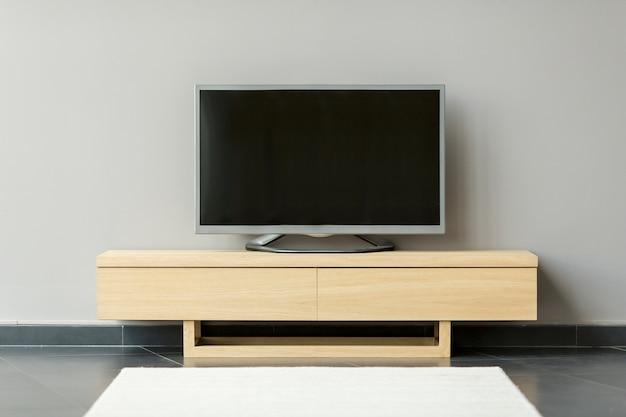 Flat-tv steht auf der kommode im zimmer
