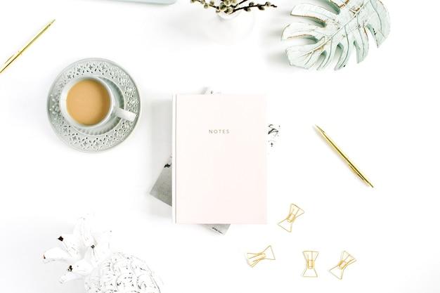 Flatlay des home-office-schreibtischtischs. arbeitsbereich mit blassem pastellrosa-notizbuch und dekorationen. flache lage, ansicht von oben.