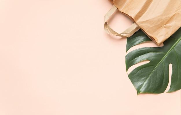 Flatlay-design der umweltfreundlichen tasche an der rosa wand.