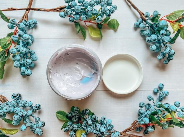 Flatlay-fotografie einer flasche mit einem kosmetikprodukt in lila farbe. vorlage für die kosmetikindustrie.