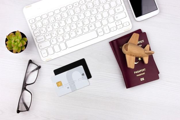 Flatlay mit türkischem pass, flugzeug und geld