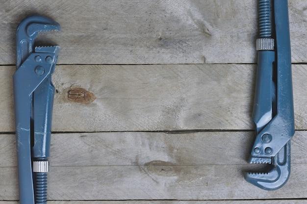 Flatlay.plumbing schlüssel auf einem hölzernen hintergrund. copyspace