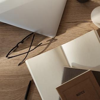 Flatlay von laptop, notebook, brille