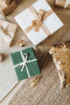 Flatlay von weihnachtsgeschenkboxen. draufsicht